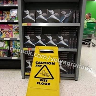 wet floor suelo mojado en el pasillo de las estanterias de la seccion de  cincuenta sombras de grey